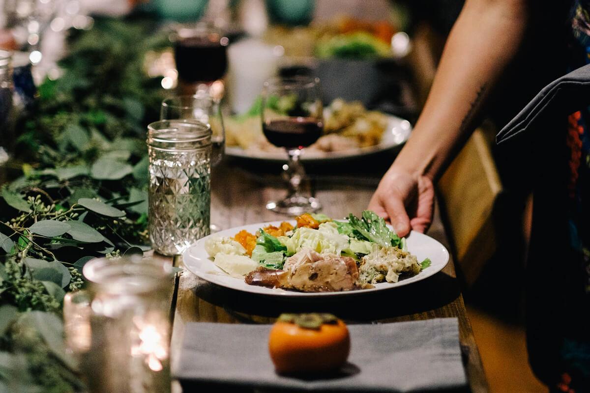 Herzhaftes, fettes Abendessen und Wein