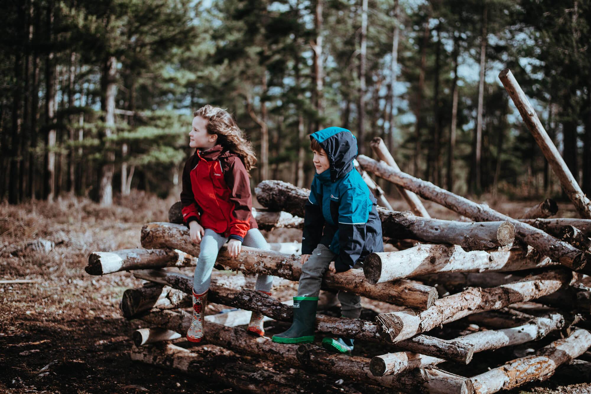 Kinder bei kaltem Wetter im Wald
