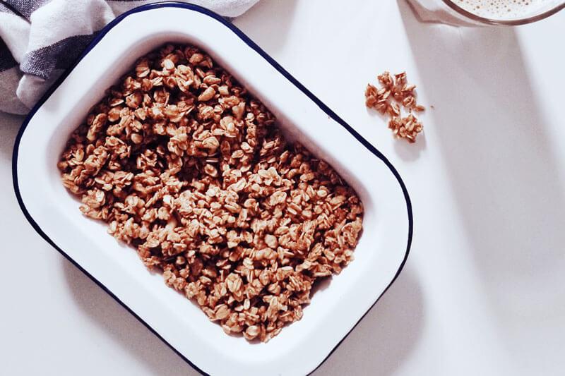Lebensmittel, die Magnesium beinhalten, sind zum Beispiel Haferflocken.