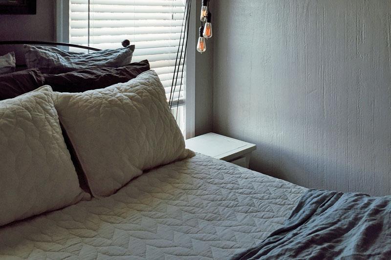 Um Splizz zu bekämpfen, sollte man in Bettwäsche aus Seide schlafen.