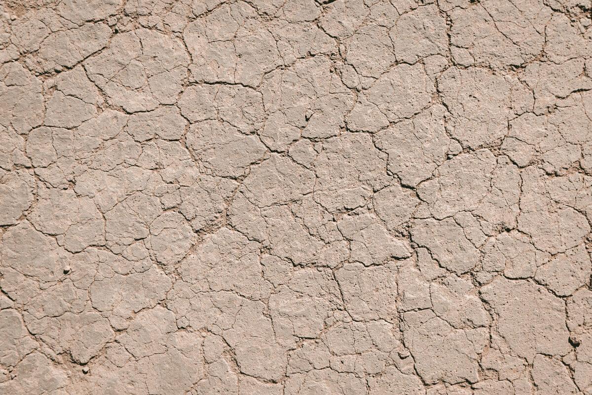 Trockener Boden mit Rissen