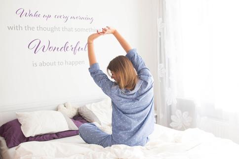 Ein aufgeräumtes Schlafzimmer mit hellen Farben lässt uns auch besser schlummern.