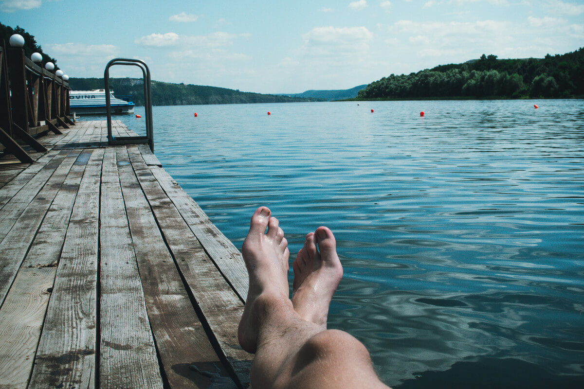 Mann am See liegt in der Sonne
