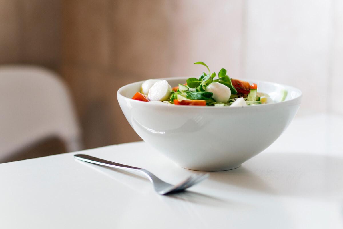 Ein frischer Detox-Salat liefert gesunde Antioxidantien