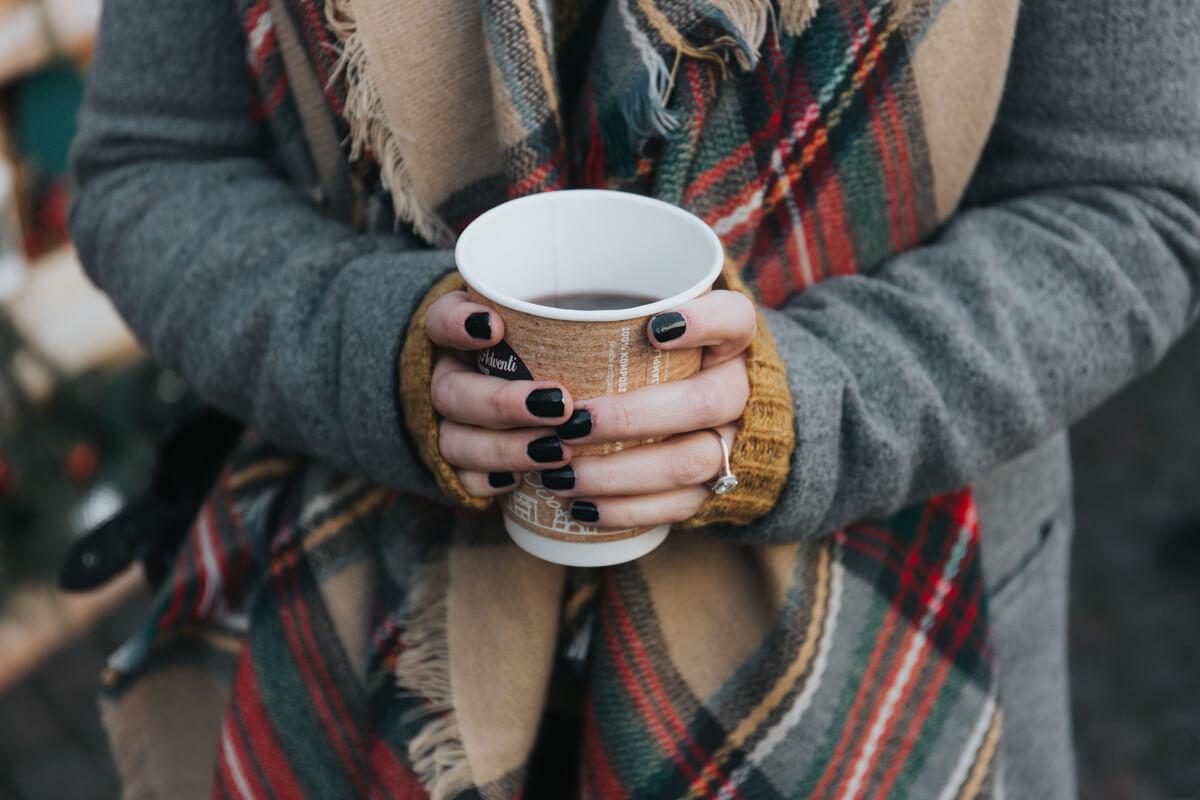 Kalte Hände halten Kaffee