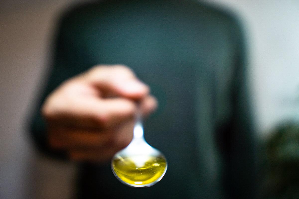 Ein Löffel Öl am Morgen unterstützt die Zahngesundheit