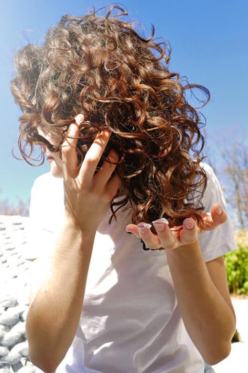 Was gegen sprödes Haar hilft, sind regelmäßige Kopfmassagen.