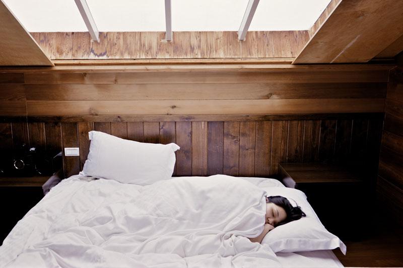 Wenn der Körper sich von einem grippalen Infekt oder bei einer Grippe erholen muss, braucht er viel Ruhe und Schlaf.