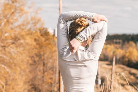 Frau macht Gymnastikübungen
