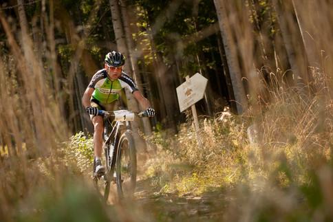 Nach den Paragleitern sind die Mountainbiker an der Reihe und nehmen den Berg sofort in Angriff.