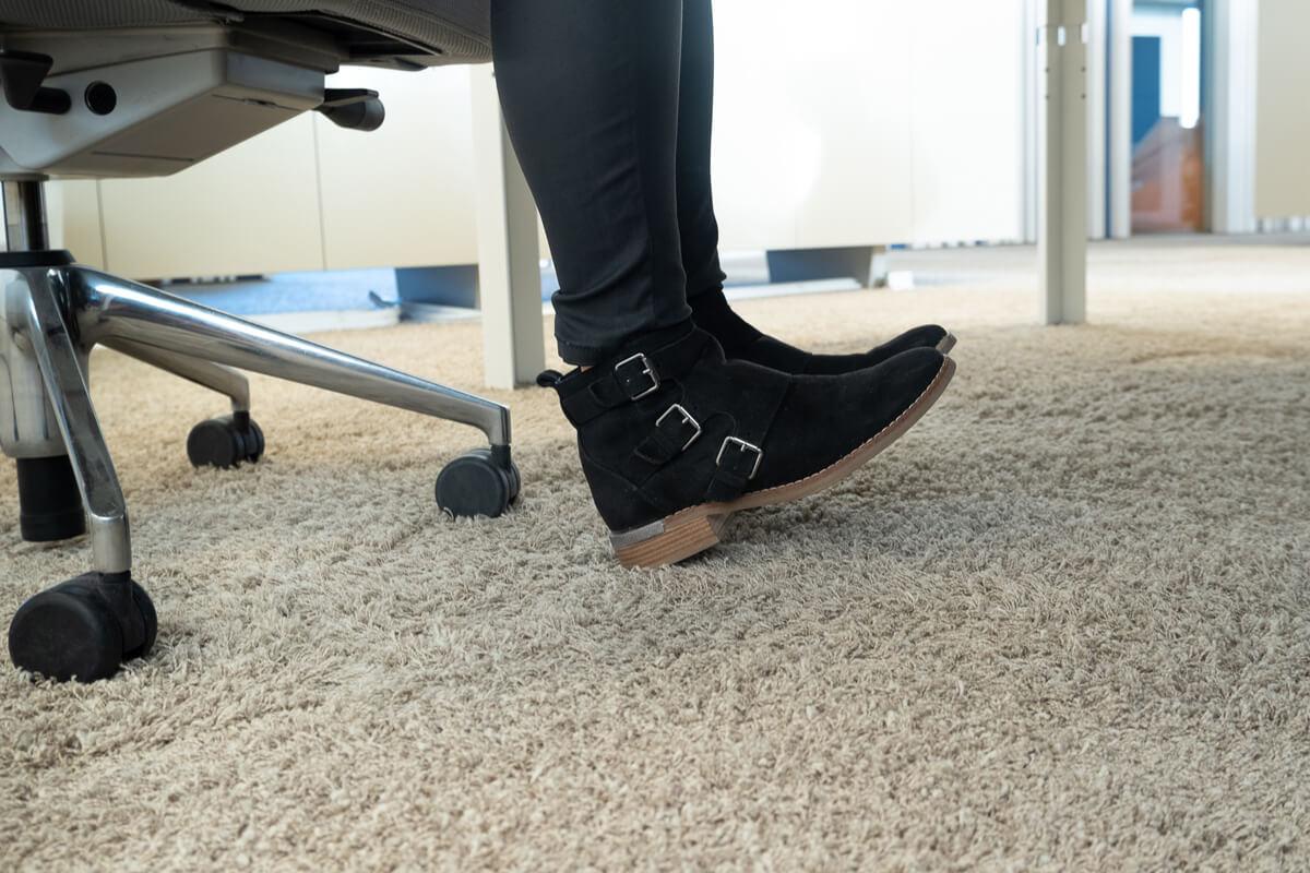Fußgelenke mobilisieren während der Arbeit