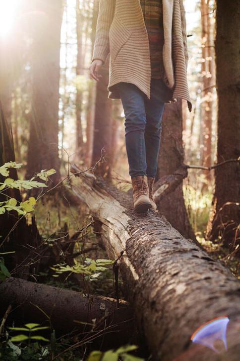 Ein Spaziergang durch den Wald kann deine Mundwinkel und die Stimmung heben.