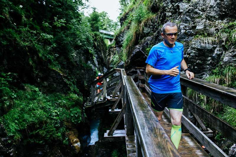 Trailrunning führt über rutschige Stellen, weshalb die Wahl der richtigen Schuhe wichtig ist.