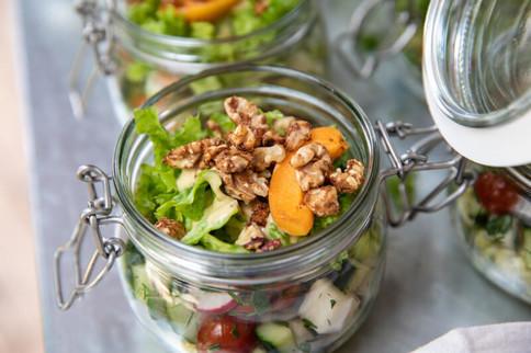 Quinoa Karfiol Salat im Glas mit Walnüssen