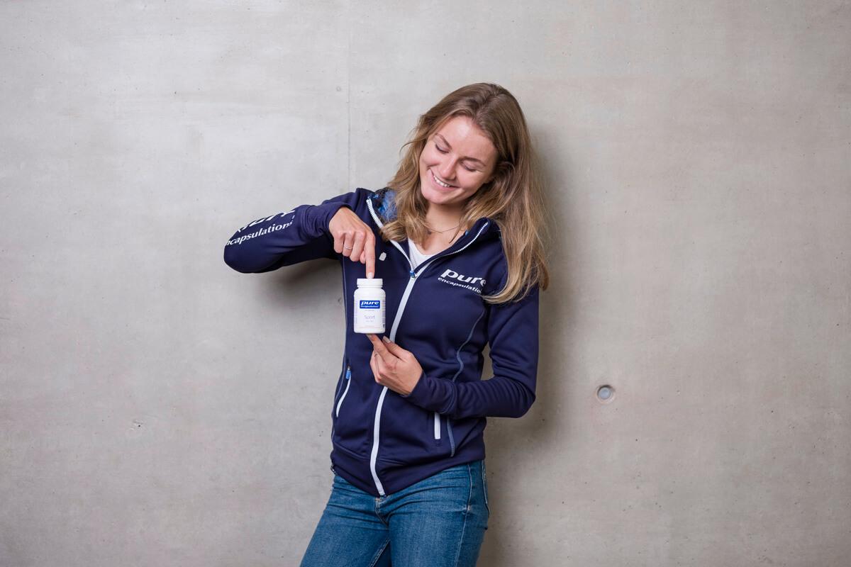 Pure Athletin Carina Pölzl mit Produkt
