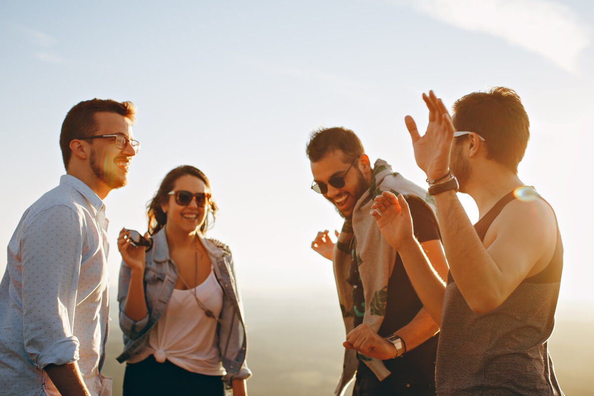 Eine Gruppe von jungen Leuten lacht gemeinsam.