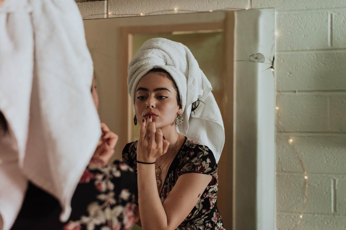Frau pflegt ihre Haut und Lippen