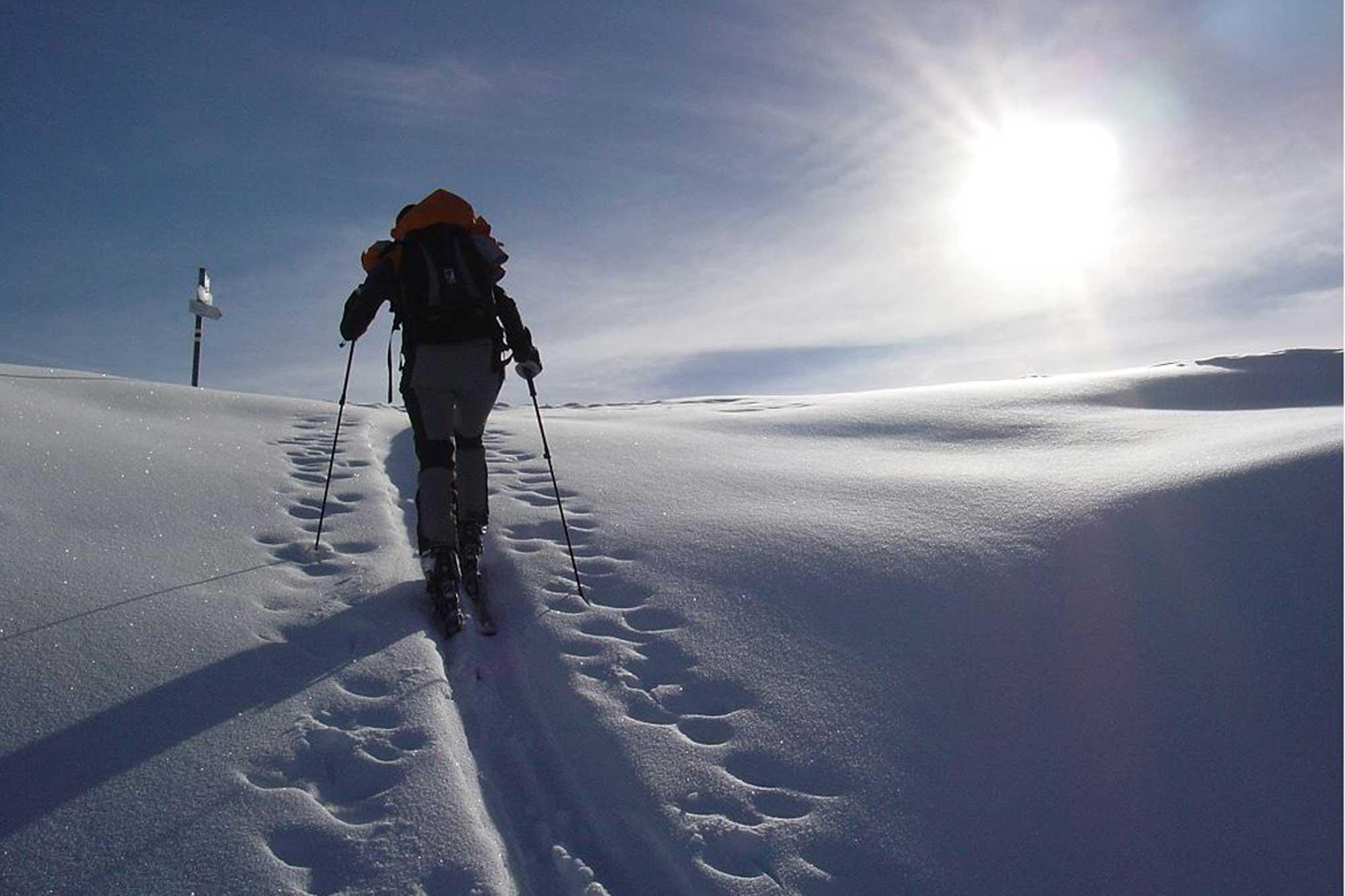 Skitourengehen vereint den Skisport mit Wandern und Langlaufen