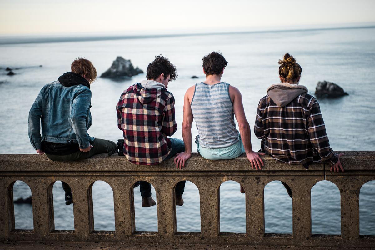Fröhliche Gruppe mit Aussicht auf Meer