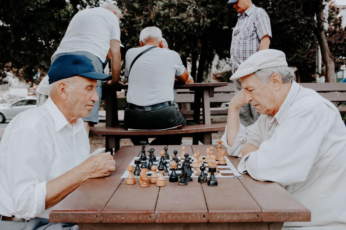 Zwei ältere Herren spielen Schach