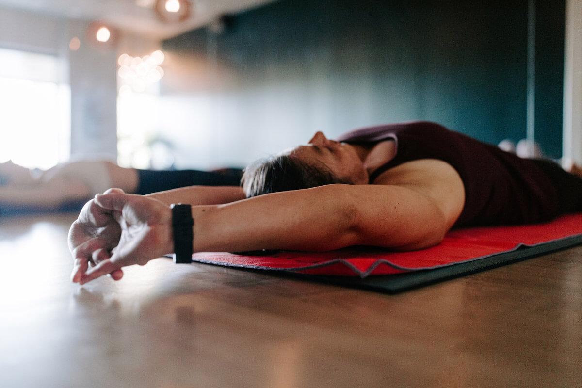 Sportarten wie Yoga oder Schwimmen können die Gelenke kräftigen