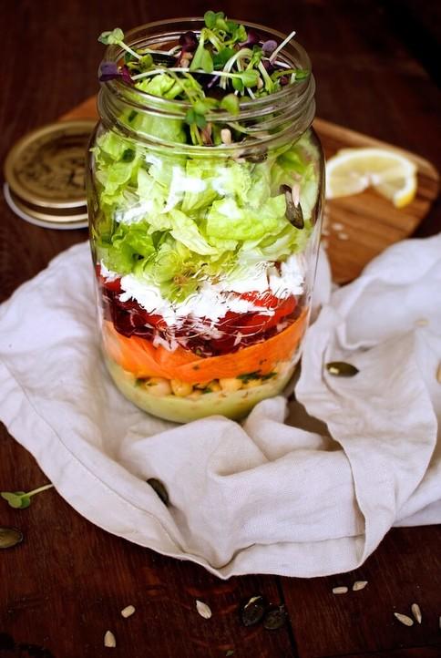 Lunch to go. Der gesunde Salat im Glas ist perfekt für unterwegs.