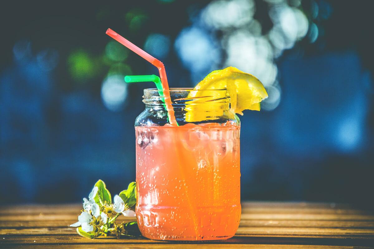 Eiswürfel sollte man im Urlaub vermeiden. Viel trinken ist trotzdem wichtig